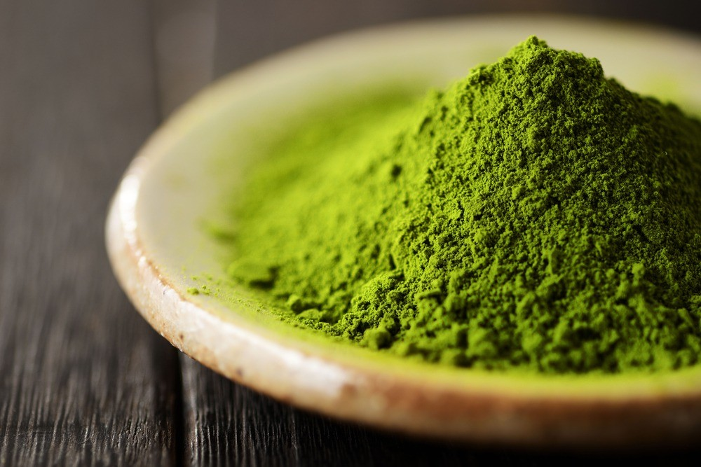 Nguyên nhân bột trà xanh bị đen là do cách xay không đúng cách, cách phơi lá trà xanh không đủ ánh nắng, hay bột đã quá hạn sử dụng.