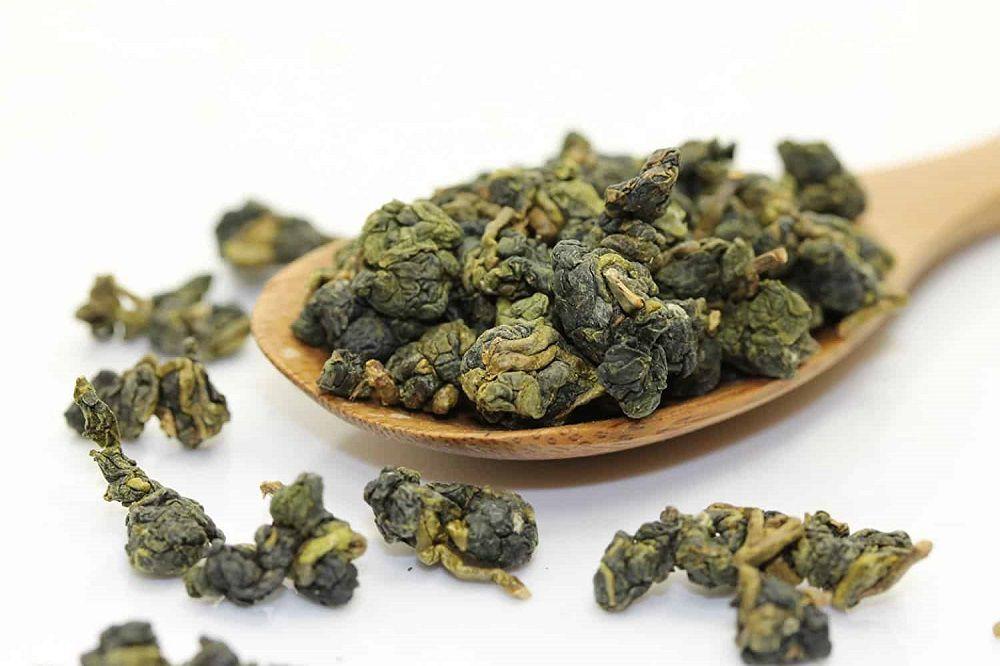 Trà đỏ (ô long) có đặc điểm công nghệ là làm héo (phơi héo, hay gia nhiệt) trước khi diệt men. Búp trà hái xong bỏ vào túi để héo một thời gian, dù chưa chế biến đã dậy mùi thơm.