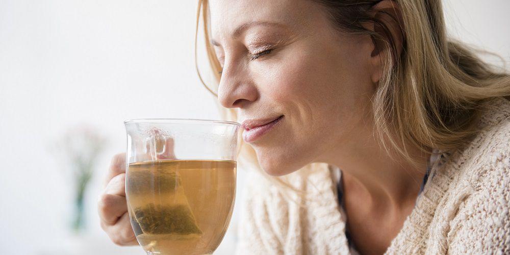 Trà có tác dụng sinh nhiệt nhờ làm tăng cường ly giải mỡ của cơ thể, như vậy khi trẻ đang sốt cũng không nên sử dụng nước trà, đồng thời nước trà cũng làm giảm tác dụng của thuốc hạ sốt.